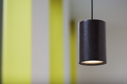 Press kit | 1191-01 - Press release | An Industry first: Terence Woodgate's lighting collection 'Solid' packaged with Bluetooth-controlled LED light bulb. - Terence Woodgate - Lighting Design -  Solid by Terence Woodgate <br>Pendant Cylinder Black Oak   - Photo credit: Terence Woodgate