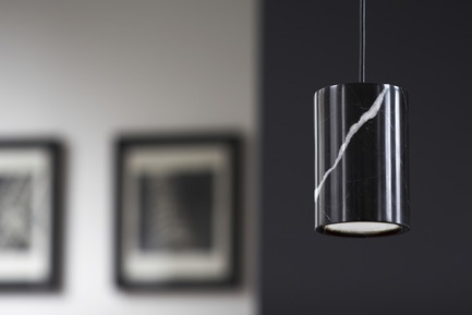 Press kit | 1191-01 - Press release | An Industry first: Terence Woodgate's lighting collection 'Solid' packaged with Bluetooth-controlled LED light bulb. - Terence Woodgate - Lighting Design -  Solid by Terence Woodgate<br> Pendant Cylinder Nero<br>  - Photo credit: Terence Woodgate