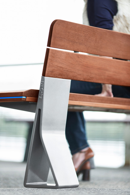 Press kit | 1133-02 - Press release | ALTO Design creates the new Équiparc DELTA street furniture collection - ALTO Design - Industrial Design - Bench with backrest detail - Photo credit: Adrien Williams