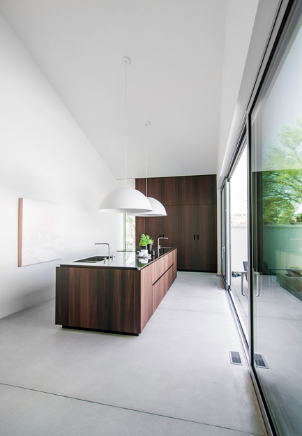 Press kit | 1045-02 - Press release | When a kitchen becomes an architectural volume -Holy Cross House - Pure Cuisines + mobilier européens - Residential Interior Design - Photo credit:  Antoine Fortin