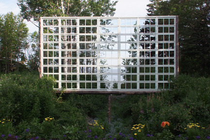 Dossier de presse | 837-10 - Communiqué de presse | The 16th International Garden Festival at Les Jardins de Métis / Reford Gardens will BUZZ in 2015! - International Garden Festival / Reford Gardens - Landscape Architecture -  A DITCH WITH A VIEW<br>by Ken Smith<br>New York, United States<br><br>Three frames spanning the ditch are constructed using recycled natural and cultural materials. An armature of winter fallen spruce tree trunks are fitted out with an array of recycled window sashes that simultaneously bound the secret garden space and provide windowed views of the ditch and the borrowed landscape beyond.<br><br>www.kensmithworkshop.com - Crédit photo :  Louise Tanguay