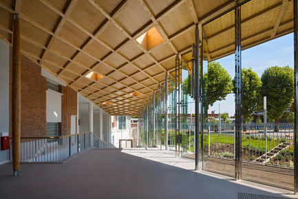 Press kit | 942-02 - Press release | Virtuous (re)cycle. A new secondary school in Le Bourget - Hubert & Roy architectes et associés - Institutional Architecture - glass passageway <br> - Photo credit: Abbadie