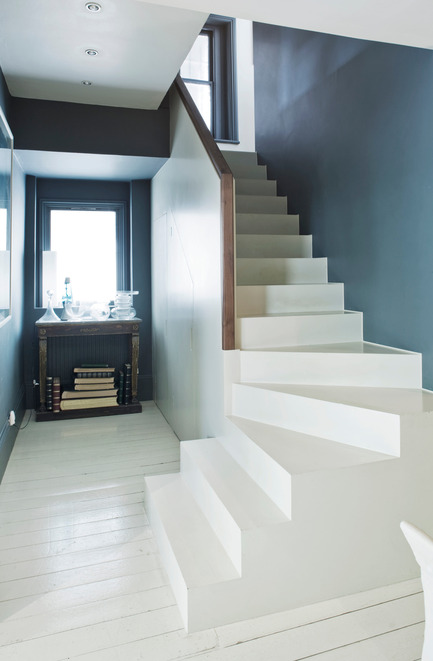 Press kit | 798-06 - Press release | Ramacieri Soligo presents Farrow & Ball paints and wallpapers - Ramacieri Soligo - Product - Wall : Hague Blue, Moderne Emulsion<br>Stairs : All White, Full Gloss<br>Floor : All White Floor Paint - Photo credit: Farrow & Ball