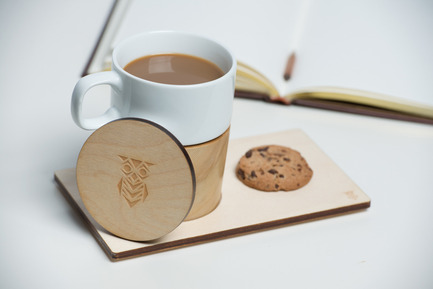 Press kit | 884-04 - Press release | HEC Project 2014 Edition - Faculté d'aménagement de l'Université de Montréal - Industrial Design - Mugzy<br><br>Mugzy warms up your heart during winter season. Its wood enveloppe and cap keep your coffee and tea hot longer. The handcrafted enveloppe fits the mug perfecctly, while remaining detachable. It comes with a small tray that can carry your cookie or your muffin along with the mug.<br><br>Nesrine Besserour<br>Yixiao Che<br> - Photo credit: Olivier Ouimet 2014 - www.olivierouimet.com