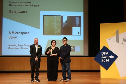 Press kit | 1173-03 - Press release | Recognises Asia's Design Excellence & Honours Outstanding Design Giants - DFA Awards 2014 - Hong Kong Design Centre (HKDC) - Competition - Mr. KAN Tai-keung (left), world-renowned design guru, presents the Design for Asia Awards 2014 – Gold Award (Communication Design) to the representative of the company Amazing Angle Design Consultants Limited for the winning project A Microspace Story. - Photo credit: Hong Kong Design Centre-DFA Awards