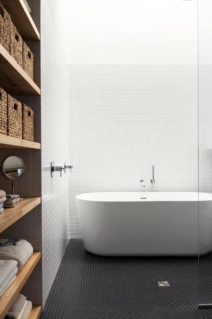 Press kit | 1113-03 - Press release | Maison De Gaspé - la SHED architecture - Residential Architecture - Bathroom - Photo credit: Maxime Brouillet