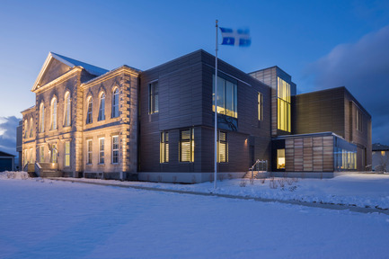 Press kit | 1152-02 - Press release | Understanding the creative use of light to define spaces - LumiGroup - Lighting Design - Exterior view of the Montmagny courthouse - Original façade and extension of the building - Photo credit:  Stéphane Groleau