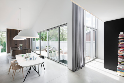 Press kit | 1560-01 - Press release | Holy Cross House - TBA / Thomas Balaban Architecte - Residential Architecture - Dining room - Photo credit: Adrien Williams