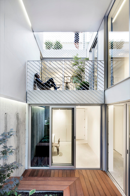 Press kit | 1560-01 - Press release | Holy Cross House - TBA / Thomas Balaban Architecte - Residential Architecture - Courtyard - Photo credit: Adrien Williams