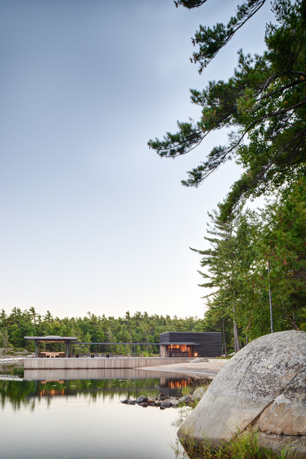 Press kit | 1600-01 - Press release | A Modern Boathouse in a Canadian Landscape - Weiss Architecture & Urbanism Limited - Residential Architecture - View on Approach - Photo credit: Arnaud Marthouret
