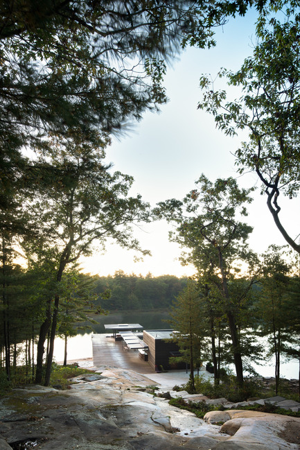Press kit | 1600-01 - Press release | A Modern Boathouse in a Canadian Landscape - Weiss Architecture & Urbanism Limited - Residential Architecture - Looking down from the Hill - Photo credit: Arnaud Marthouret