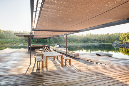 Press kit | 1600-01 - Press release | A Modern Boathouse in a Canadian Landscape - Weiss Architecture & Urbanism Limited - Residential Architecture - Morning View with Dew - Photo credit: Arnaud Marthouret
