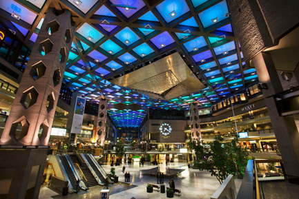 Press kit | 621-20 - Press release | A Dynamic NewLighting Signature for Complexe Desjardins - Lightemotion - Lighting Design - Complexe Desjardins - Retail Concourse  - Photo credit: LIghtemotion