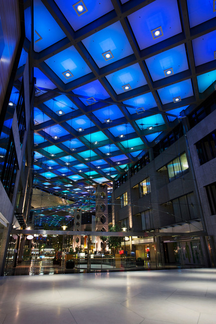 Press kit | 621-20 - Press release | A Dynamic NewLighting Signature for Complexe Desjardins - Lightemotion - Lighting Design - Complexe Desjardins - Entrance to Retail Concourse   - Photo credit: LIghtemotion