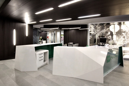 Press kit | 1170-01 - Press release | Mile-End Service Centre of the Caisse Desjardins des Versants du mont Royal - Cardin Ramirez Julien Inc. - Commercial Architecture - Front desk<br> - Photo credit: Vincent Audy