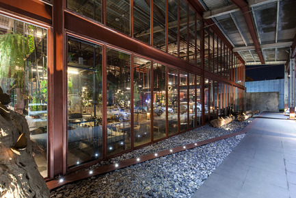 Press kit | 1972-01 - Press release | 'Vivarium' - A Tractor Warehouse Turned Restaurant by Hypothesis Won the INSIDE Award 2015 - Hypothesis - Commercial Interior Design - The new steel and glass facade - Photo credit:  Hypothesis