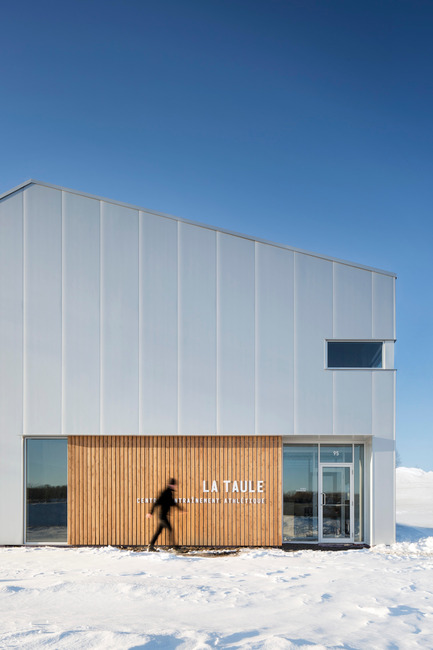 Press kit | 1633-01 - Press release | La Taule - Training center - Architecture Microclimat - Commercial Architecture - Main entrance - Photo credit: Adrien Williams