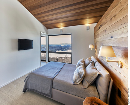 Press kit | 2054-01 - Press release | Laurentian Ski Chalet - RobitailleCurtis - Residential Architecture - View of master bedroom looking west over Lac Archambault - Photo credit: Marc Cramer