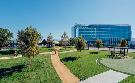 Press kit | 2041-01 - Press release | Silicon Valley's Newest Rooftop Park Brings Workplace Amenities to New Heights - DES Architects + Engineers - Landscape Architecture - Pathways - Photo credit: Gregory Cortez