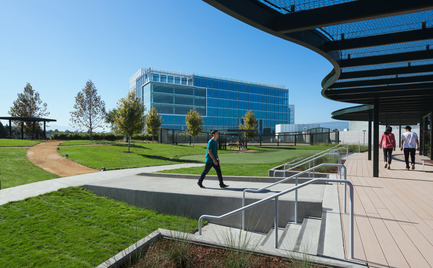 Press kit | 2041-01 - Press release | Silicon Valley's Newest Rooftop Park Brings Workplace Amenities to New Heights - DES Architects + Engineers - Landscape Architecture - Walking Deck - Photo credit: Gregory Cortez