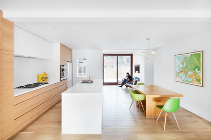 Press kit | 1633-02 - Press release | Hotel-de-Ville Residence - Architecture Microclimat - Residential Architecture - Kitchen and dining room - Photo credit: Adrien Williams
