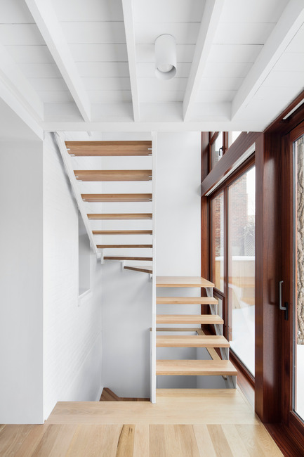 Press kit | 1633-02 - Press release | Hotel-de-Ville Residence - Architecture Microclimat - Residential Architecture - Steel staircase - Photo credit: Adrien Williams