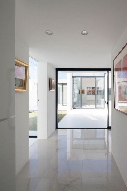 Press kit | 875-02 - Press release | The House for Contemporary Art / Award-winning project - Ryumei Fujiki + Yukiko Sato / F.A.D.S - Residential Architecture - From the front door, the living room is visible beyond the courtyard (south garden) - Photo credit: Hiroshi UEDA