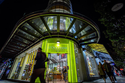 Dossier de presse | 2124-01 - Communiqué de presse | The Illuminating Engineering Society of British Columbia announces its 'Vision Award' winners for 2016 - IESBC - Lighting Design - L'Occitane en Provence Vancouver flagship store  - Crédit photo : Johnny Milkovich - DOUBLE VISION Photography