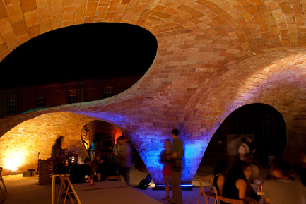 Press kit | 2070-01 - Press release | Brick-topia by Map13 Barcelona, winner of the WAN Temporary Small Spaces Award 2015 - Map13 Barcelona - Institutional Architecture - Interior view of Brick-topia at night. - Photo credit: Manuel de Lózar y Paula López Barba