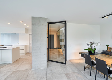 "Press kit | 2163-01 - Press release | Pivoting Room Divider - ANYWAY doors - Product - Glass pivot door ""steel look"" with offset axis 180° pivoting hinge - Photo credit: ANYWAYdoors - Photographer Koen Dries"