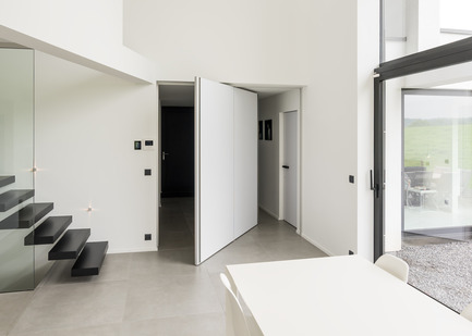 Press kit | 2163-01 - Press release | Pivoting Room Divider - ANYWAY doors - Product - Modern pivot door with central axis 360° pivoting hinge - Photo credit: ANYWAYdoors - Photographer Koen Dries