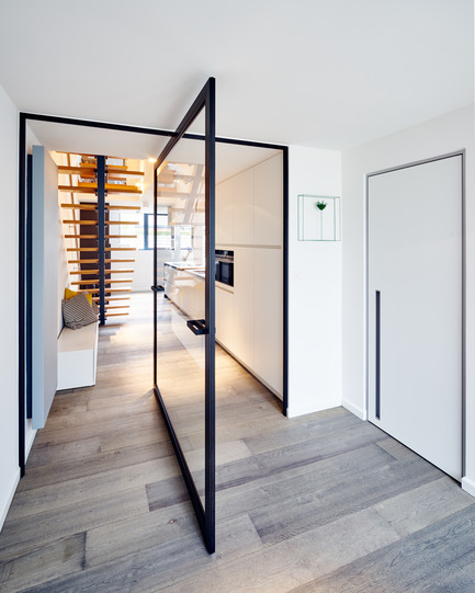 "Press kit | 2163-01 - Press release | Pivoting Room Divider - ANYWAY doors - Product - Glass pivot door ""steel look"" with central axis 360° pivoting hinge - Photo credit: ANYWAYdoors - Photographer Koen Dries"