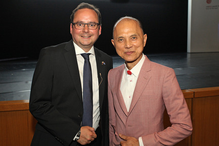 Press kit | 1696-09 - Press release | Award-winning design, premium products and a touch of Hollywood in Essen: That was the Red Dot Gala 2016 - Red Dot Award - Competition - Thomas Kufen (Lord Mayor of the city of Essen) and design legend Jimmy Choo - Photo credit: Red Dot