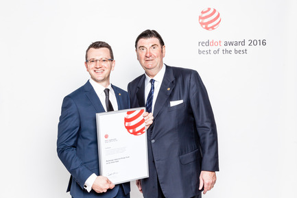 Press kit | 1696-09 - Press release | Award-winning design, premium products and a touch of Hollywood in Essen: That was the Red Dot Gala 2016 - Red Dot Award - Competition - Simon Kidd (Blackmagic) and Prof. Dr. Peter Zec (Red Dot CEO) - Photo credit: Red Dot