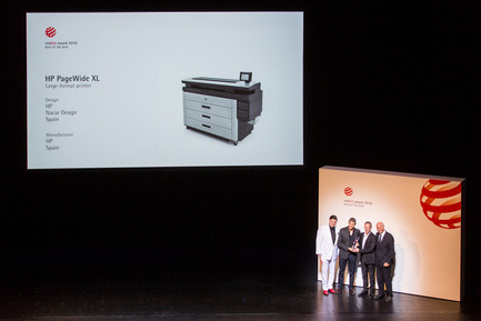 "Dossier de presse | 2171-01 - Communiqué de presse | HP PageWide XL and DesignJet Printers Win Coveted Red Dot Design Awards - HP Inc. - Product - HP executives receiving Red Dot ""Best of the Best"" Award - Crédit photo : HP Inc."