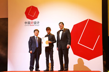 Press kit | 1696-10 - Press release | China Good Design 2016 – last opportunity to take part - Red Dot - Competition -    Prof. Dr. Peter Zec, founder of Red Dot, with Prof. Renke He at the China Good Design award ceremony 2015    - Photo credit: China Good Design<br>