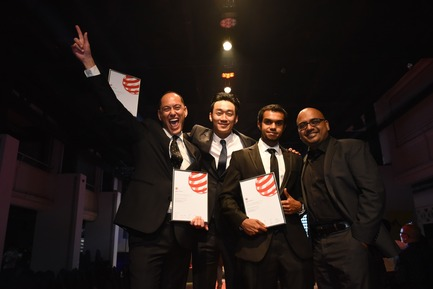 Press kit | 2188-01 - Press release | Red Dot Award: Design Concept 2016 Results - Red Dot Award: Design Concept - Industrial Design - United States designers Jaehun Jeong, Navdeep Ganesh, Muhammad Alam, David Ramsay from SAP Design & Co-Innovation Center receiving the award on stage. - Photo credit: Red Dot Award: Design Concept