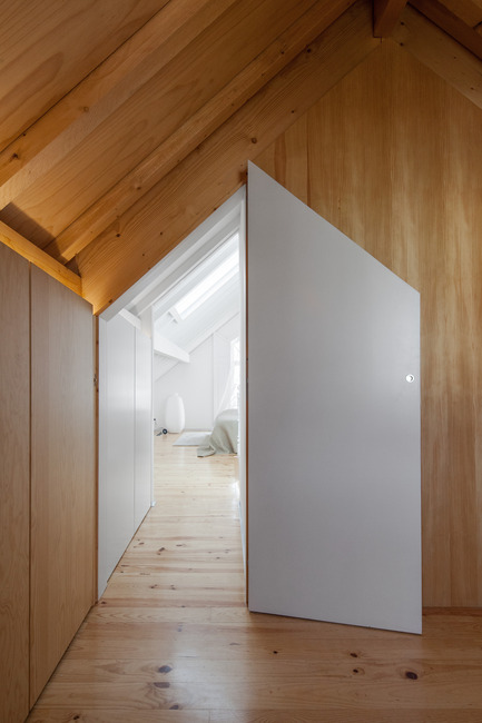 Press kit | 2216-01 - Press release | The Three Cusps Chalet - Tiago do Vale Architects - Residential Architecture - Dressing Room facing Bedroom - Photo credit: João Morgado
