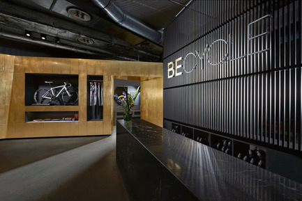 Press kit | 2323-01 - Press release | BECYCLE Boutique Fitness Studio: Quality over Quantity - Lien Tran Interior Design in cooperation with Götz + Bilchev Architekten, DRAA - Commercial Interior Design -  reception - reminiscent of a hotel welcome desk  - Photo credit:  Sven Philipp
