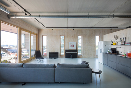 Press kit | 2339-01 - Press release | PATCH22, a Highrise in Wood, Wins the WAN 2016 Residential Award - FRANTZEN et al - Residential Architecture - apartment 9: an open floorplan appartment for a family with to teenage doughters. The structural wooden wall of the west facade is present in the complete space.<br> - Photo credit: Luuk Kramer<br>