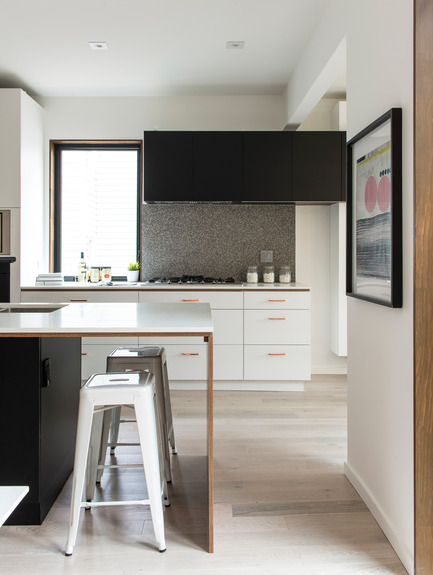 Press kit | 2344-01 - Press release | 46H - Sustainable Reinvention of 1905 House in the Beaches - baukultur/ca - Residential Architecture - Kitchen with Breakfast Bar: White cabinets with copper pulls<br> - Photo credit: Alex Lukey