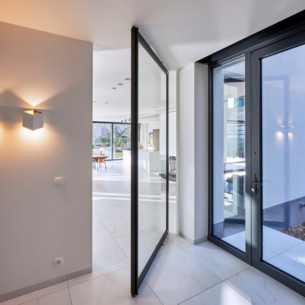 Press kit | 2163-02 - Press release | Portapivot's Pivot Hinge Technology Receives an iF Design Award - Portapivot - Product - Glass and aluminium pivot door with Stealth Pivot hinge system - Photo credit: Koen Dries