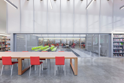Press kit | 2570-01 - Press release | New York Public Library Stapleton Branch - Renovation and Expansion - Andrew Berman Architect - Institutional Architecture - View from adult area to community room and teen area beyond<br> - Photo credit: Naho Kubota