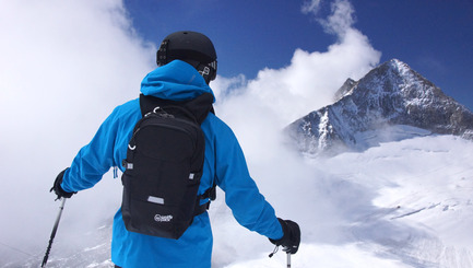 Press kit | 2599-01 - Press release | Wolffepack Capture, the Orbital Backpack, Wins 3 International Design Awards in 2017 - Wolffepack - Product - Wolffepack Summit, on the mountain - Photo credit: Wolffepack Limited