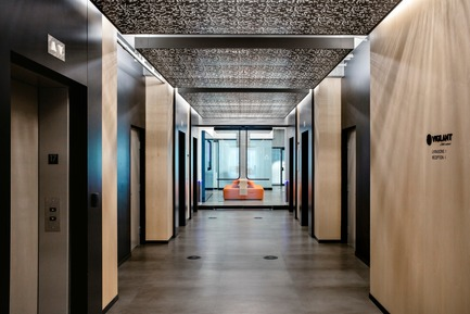 Dossier de presse | 1152-09 - Communiqué de presse | New Offices for Vigilant Global:  Refined and Modern - LumiGroup - Lighting Design - Corridor and elevators. MP Lighting: Recessed floor lights (accent lighting) - Crédit photo : Alexi Hobbs