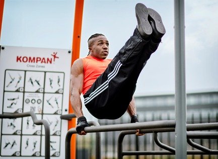 Press kit | 2487-01 - Press release | New Outdoor Fitness is a Game Changer - KOMPAN - Product - Parallel Bars - Photo credit: KOMPAN