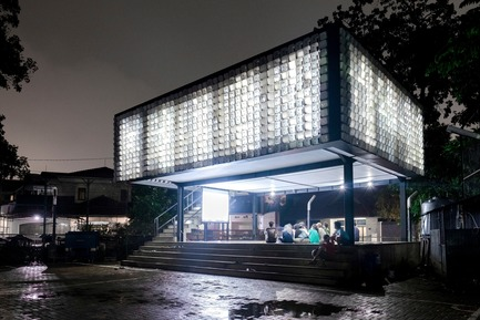 Press kit | 2560-01 - Press release | 'Microlibrary Bima': 2000-Ice-Cream-Bucket-Project - SHAU - Institutional Architecture - The glowing microlibrary in the evening - Photo credit: Sanrok studio/ SHAU