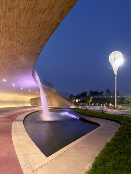 Press kit | 2404-02 - Press release | Oxygen Park, Education City, Doha - Qatar Foundation, AECOM - Institutional Architecture - Covered Walkway - Water Cascade - Photo credit: Markus Elblaus