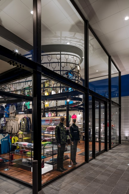 Press kit | 3003-01 - Press release | WADA Sports, Flagship Store - Matsuya Art Works / KTX archiLAB - Commercial Interior Design - Accessories seen from the corner of the facade<br> - Photo credit: Stirling Elmendorf