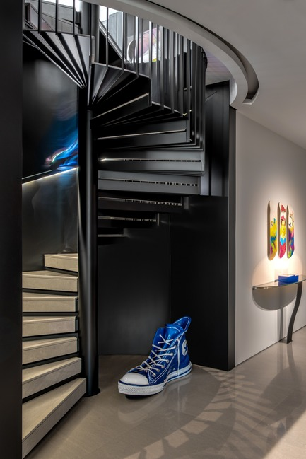 Press kit | 2769-02 - Press release | One Oak 3&4 B2 - Askdeco - Residential Interior Design - - Metal stairs by ACID local lebanese supplier<br>- Console CO7 - Pouenat<br>- Artwork Skate board by Fotis Gerakis<br>- Converse Blue- Alain Salomon - Photo credit: Alex Jeffries